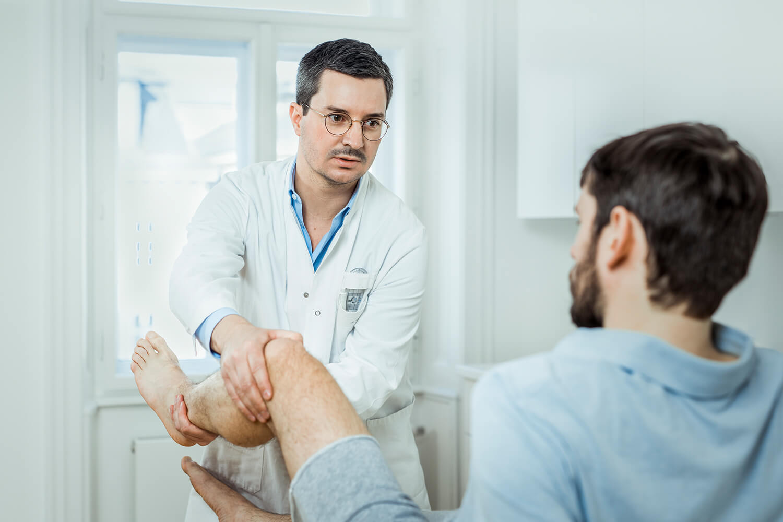 Dr. Markus Figl untersuch das Knie auf einen Kreuzbandriss