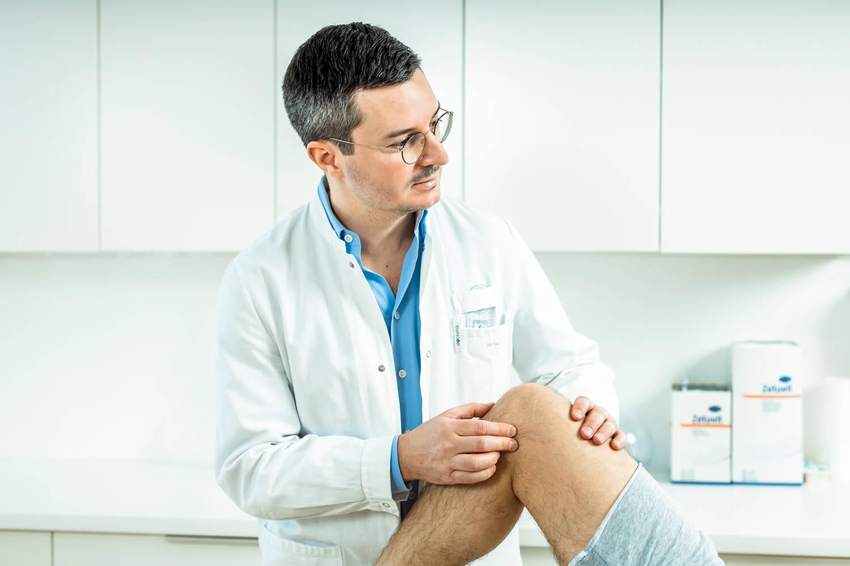 Kniespezialist Dr. Markus Figl untersucht einen Meniskusriss